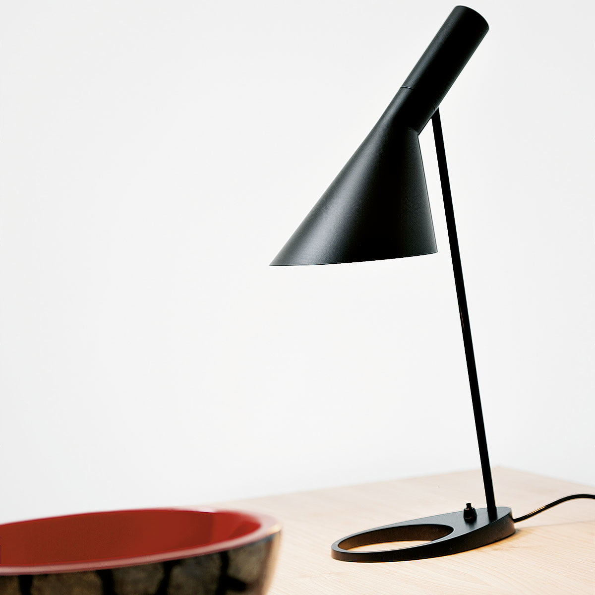 aj table lamp by louis poulsen connox. Black Bedroom Furniture Sets. Home Design Ideas