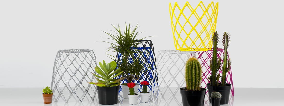 Artecnica is an american company. The product range of the well-known design brand contains amongst other things colourful and impressive accessoires.