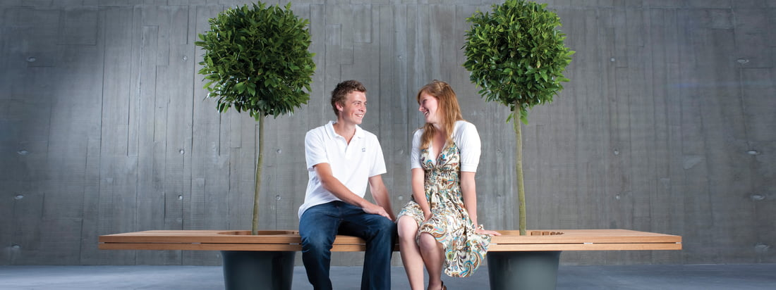 The manufacturer Extremis produces furniture like the Romeo & Juliet bench. There are two planting pots included, in which e. g. small trees can be planted.