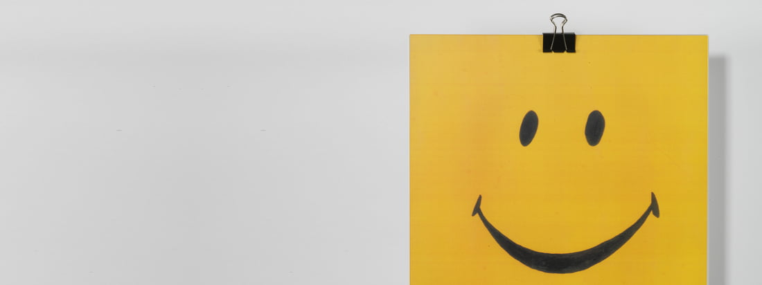 CopyLight is known for funny and creative motives which can be easily removed. The Edition Copy Wall Lamp with a smiley motive guarantees good mood in your home.