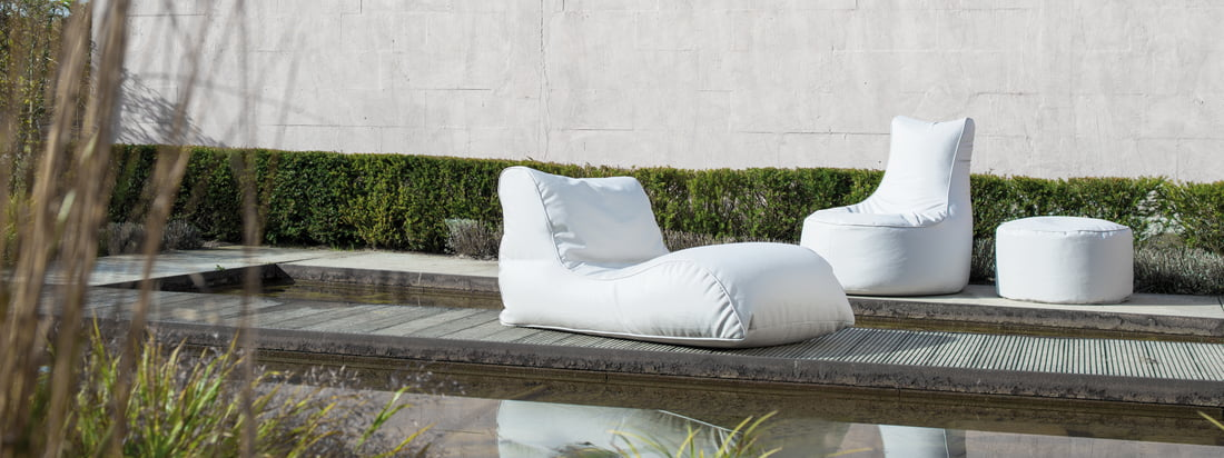Sitting Bull produces comfortable furniture for the outdoor area, for example the Chill Beanbag, the Shell Stool and the Relaxer lounger. In white the seat objects look especially fine.