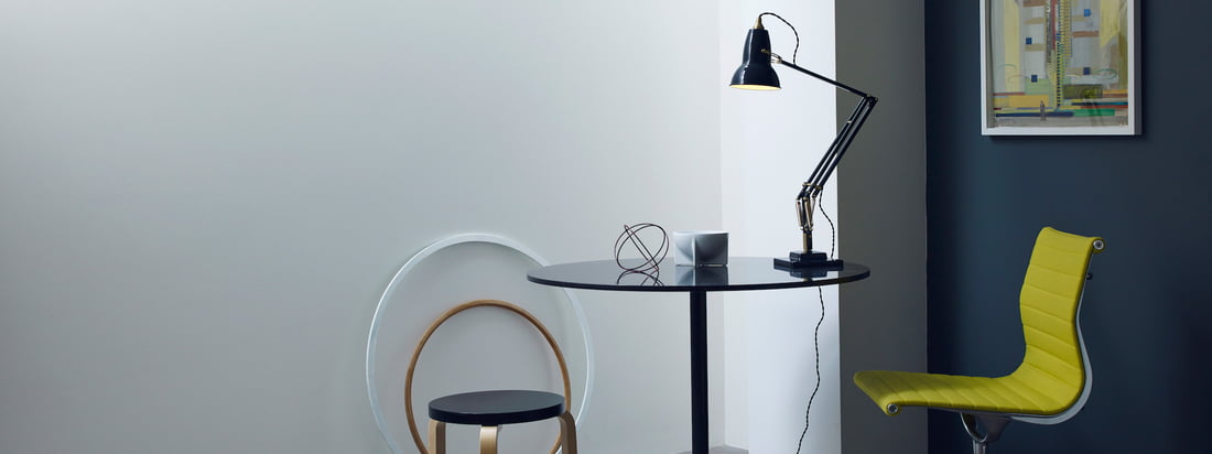 Anglepoise produces practical and simple lamps. The manufacturer ist especially known for its 1227 desk lamp which throws beautiful, agreeable light on your desk.