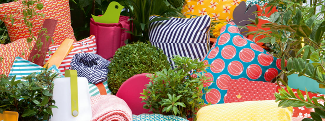 The French manufacturer Fermob produces colourful furniture and accessories. The cushions, which are suitable for your garden, are available with many colourful motifs.