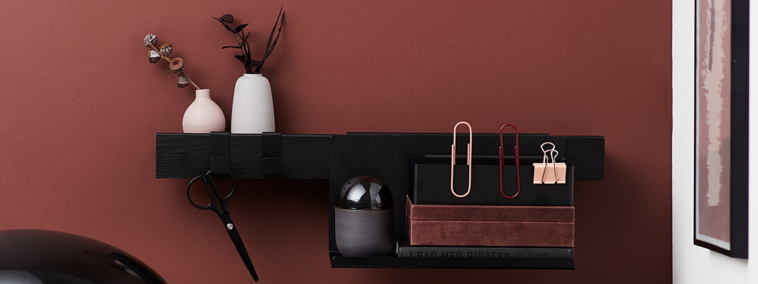 The Flex series from Gejst in the ambience view. With the matching accessories, such as shelves and hooks, the Flex shelf strip can be used wonderfully in the office.
