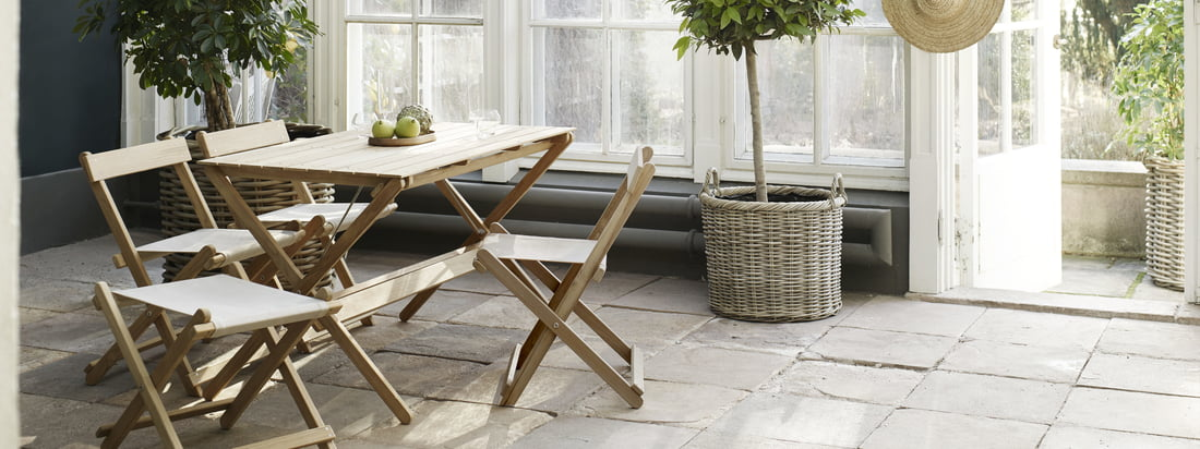 The outdoor furniture is particularly suitable for the winter garden. The garden furniture in untreated teak is designed by Børge Mogensen.