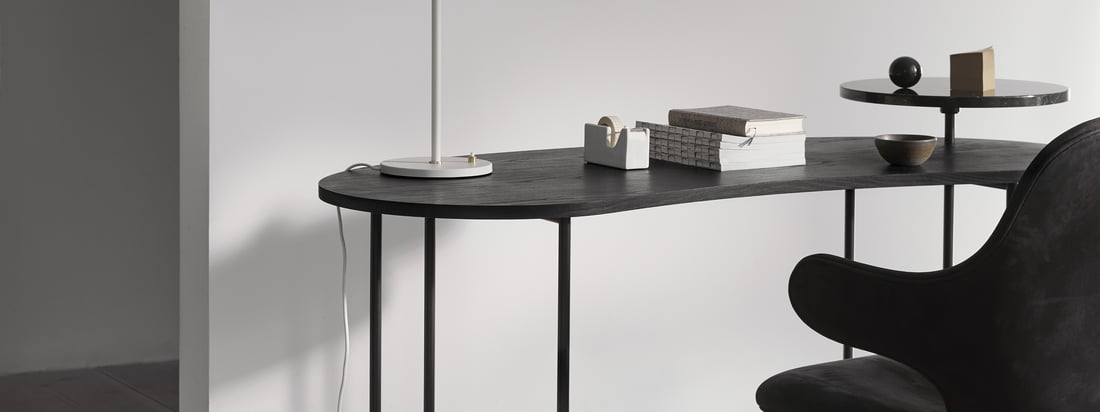 The Palette Table - JH9 in the ambience view. The dark version of the table also looks harmonious. The noble, black marble combines perfectly with the dark table top.