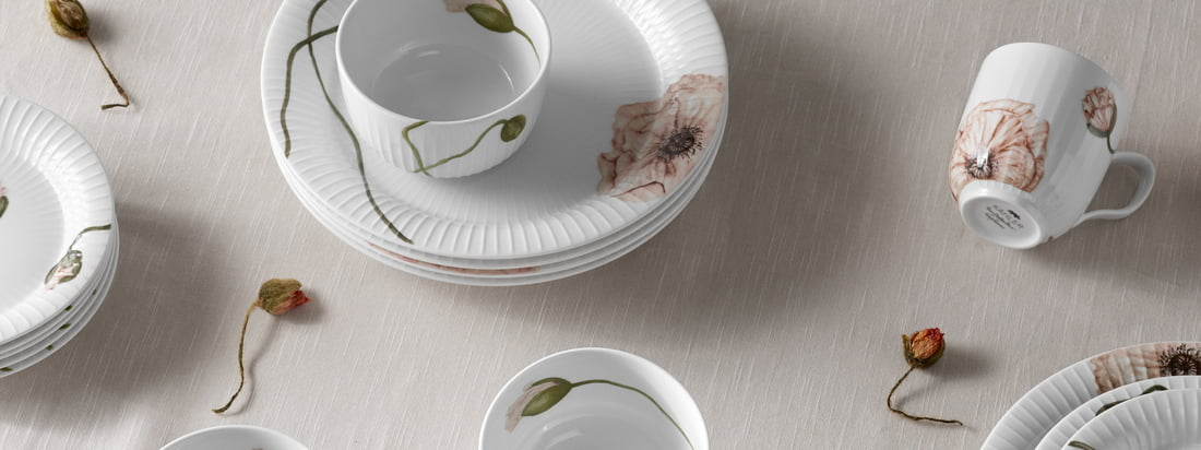 The watercolour pattern of the Hammershøi Poppy collection by Kähler Design was painted by hand by the designer Rikke Jacobsen and then transferred to the porcelain.