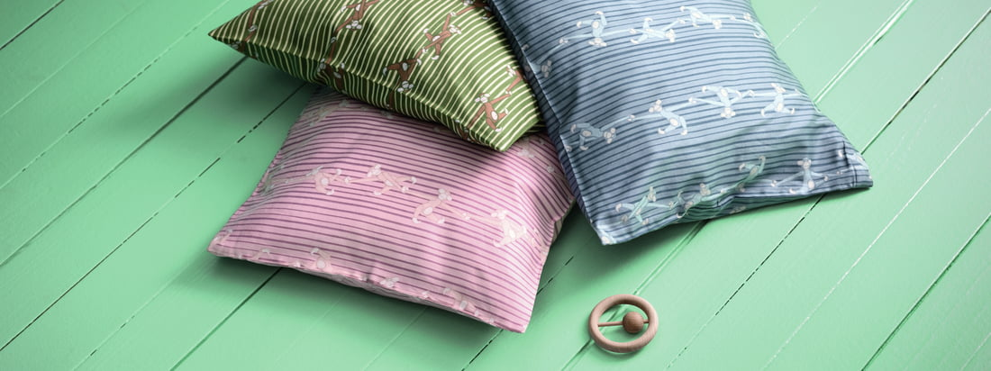 The Monkey baby bedding by Kay Bojesen consists of one set. Included is a duvet cover and a pillowcase. Also among themselves they are ideal for combining.
