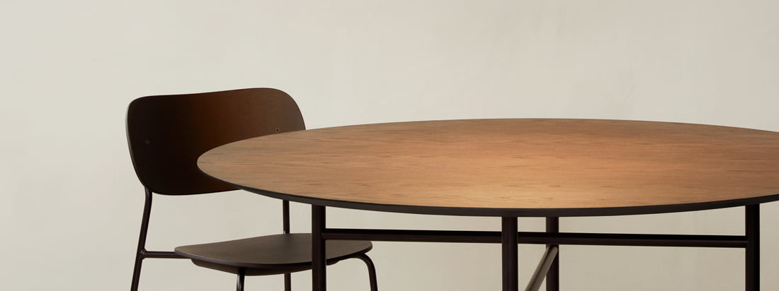 The Circular pendant lamp by Menu serves above the dining table, for example the Snaregade table, as a great eye-catcher and of course also as a good light source.