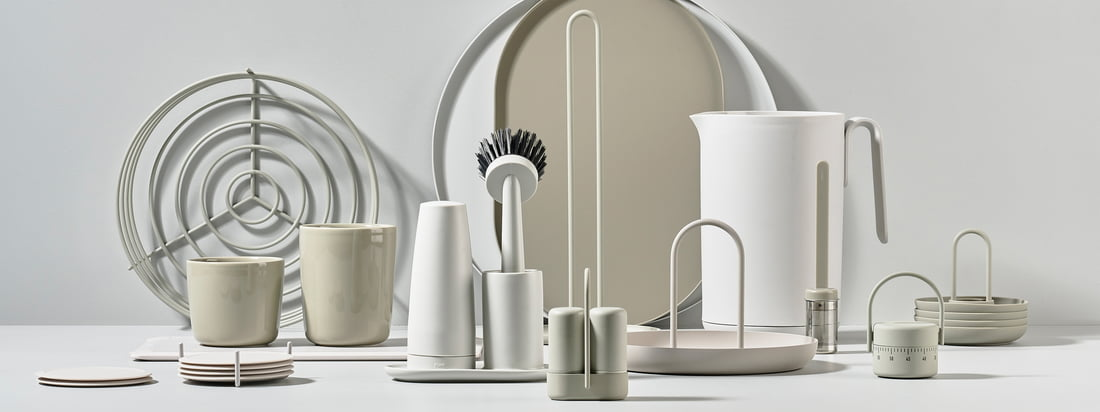 The Singles collection by Zone Denmark includes numerous kitchen gadgets such as kettles, trays, salt and pepper shakers or kitchen roll holders. All products were designed together with the Danish design team VE2.