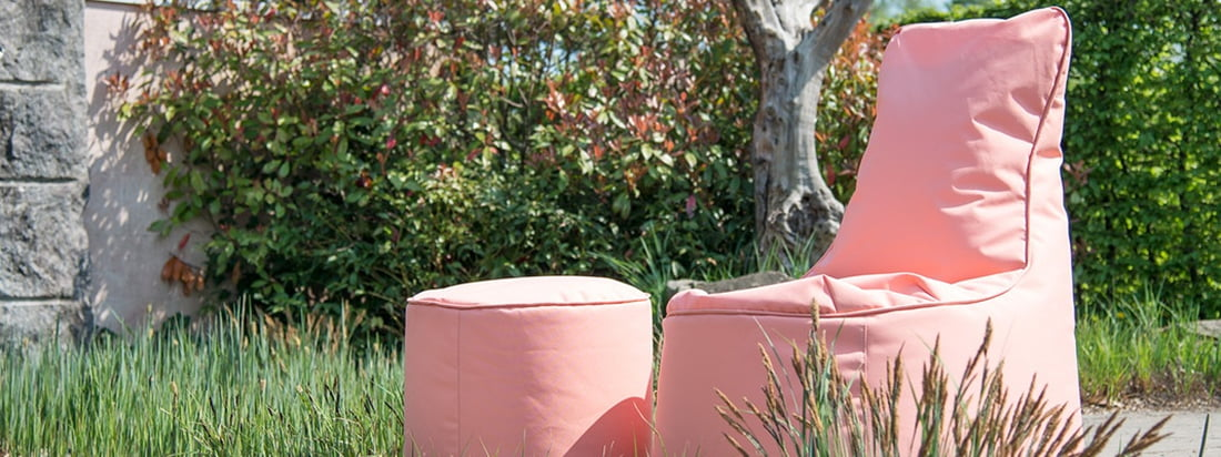 The Chill Seat Outdoor and the Chill Seat Stool Outdoor by Sitting Bull in the ambience view. With the stool and the beanbag you can spend relaxing hours outdoors.