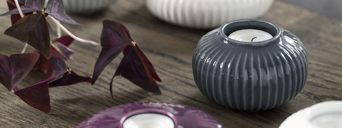 All Hammershøi tea light holders belong to the collection of the same name by the designer Hans-Christian Bauer, which he designed for Kähler Design. The tea light holders fit perfectly to other objects of the collection due to the uniform groove pattern.
