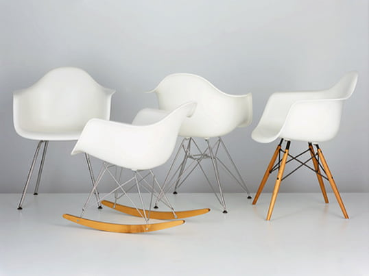 Without a doubt, the Plastic Chairs by Charles & Ray Eames are among the most extraordinary design pieces of the 20th century. Combined with various base frames, chairs with different characteristics are created.