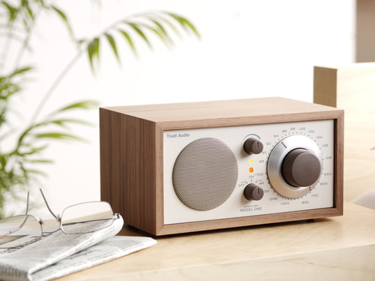 The table radio designed by legendary sound guru Henry Kloss guarantees auditory pleasure at the highest level. The Mono radio receiver offers unique reception and sound quality and also looks good.