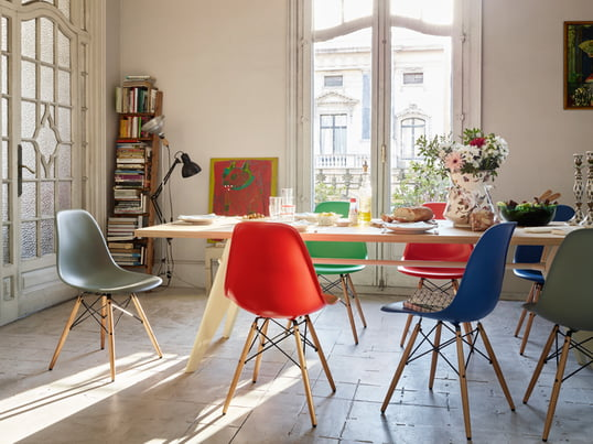 Vitra shows you how you can stylishly and authentically furnish your dining room. The EM Table offers enough space for the whole family. With the Eames Plastic Side Chair you sit comfortably at the table.
