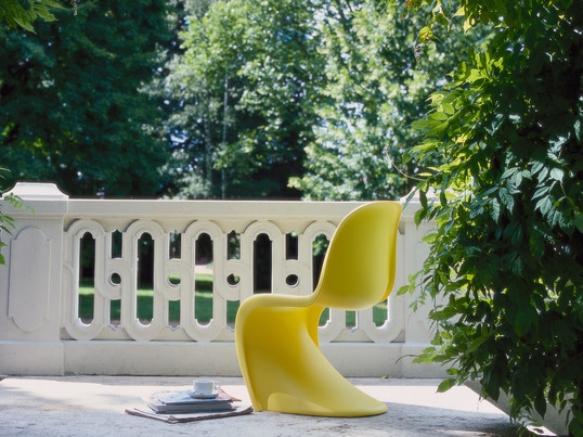 The Danish designer Verner Panton designed the eponymous Panton Chair in 1967. The Panton Chair by Vitra is made of homogenous material and has a characteristic flowing form.