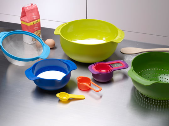 The Joseph Joseph - Nest 9 Plus kitchen set has five measuring cups, two mixing bowls, a filter and a strainer that can be simply plugged into each other and save space.