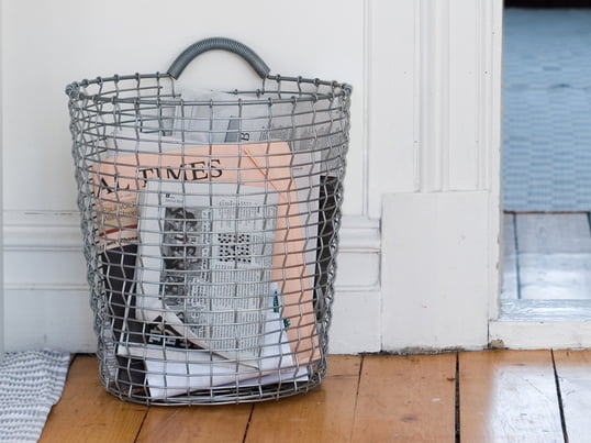 The Bin 18 Storage Basket by Korbo transforms your home into a decorative oasis of well-being in the blink of an eye. The wire basket that can be hung up with a separate hook on the wall is suitable for any storage imaginable.