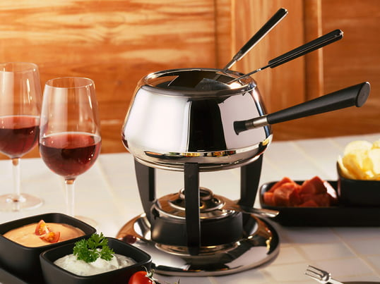 The fondue set Classic from the Swiss company Spring comes in the traditional, somewhat bulbous shape with a long handle on a shapely rechaud.