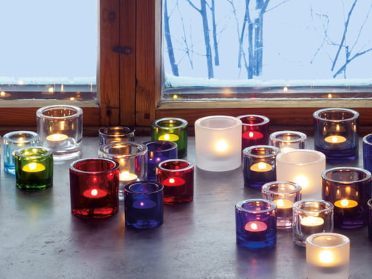 The Iittala Kivi tea light holder beautifully brings out candle light through its diverse colours and expressive shapes. The colours and shapes can be combined well with each other.