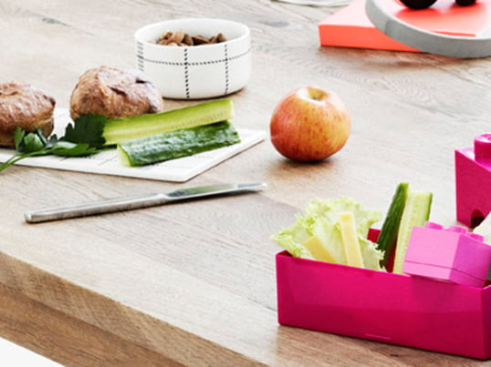 Lunchboxes make it easy and comfortable to carry homemade food and to eat on the go. A lot of boxes also have a divider, so that different meals are stored separately.