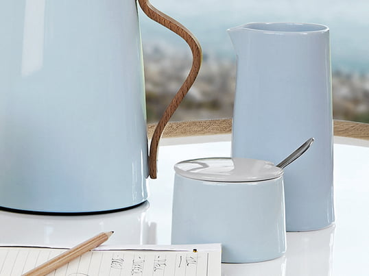 Complete your coffee and tea table with the sugar bowl and vacuum milk jug from the Stelton Emma collection. Stelton produces the Emma series from porcelain and is of course dishwasher-safe.
