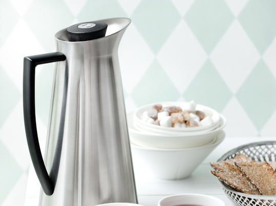 Rosendahl vacuum jug from the Grand Cru series. The vacuum jug is famous for its practical pressure button opening, which enables easy and clean pouring of the contents as well as keeping the right temperature.