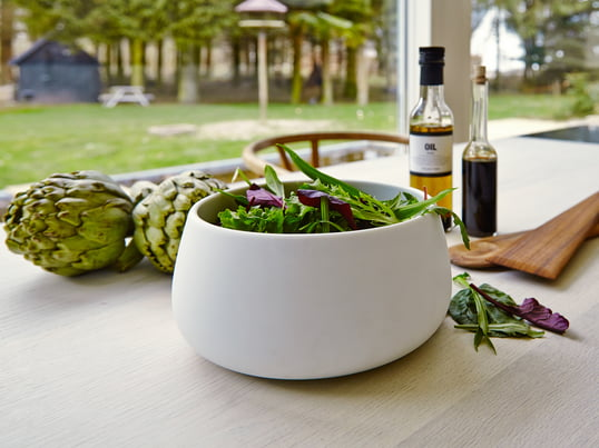 Multifunctional bowl to store and serve salads, fruits or vegetables. On the table, the bowl becomes an elegant salad bowl in which you can serve and prepare meals.