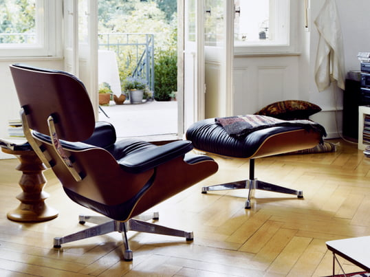 The Vitra Lounge Chair with its classic design brings stylish comfort to your living room. The Lounge Chair and Ottoman are also available individually as well as in other colours and variants.