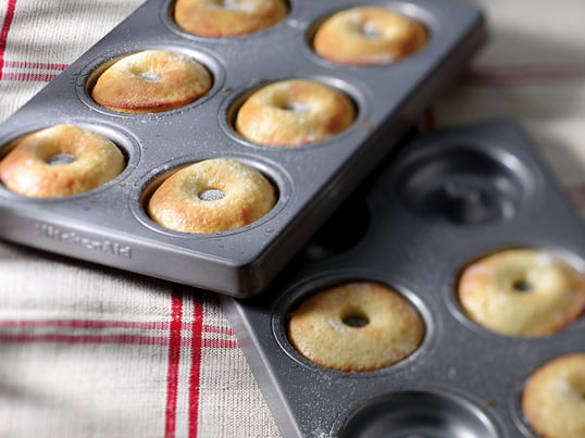 Thanks to the Doughnut Pan KitchenAid is able to combine easy production with a great result. The two pans are produced out of 8mm thick and specially coated steel. Alternatively it is possible to use the pans for selfmade pizza dough and delicious tart.