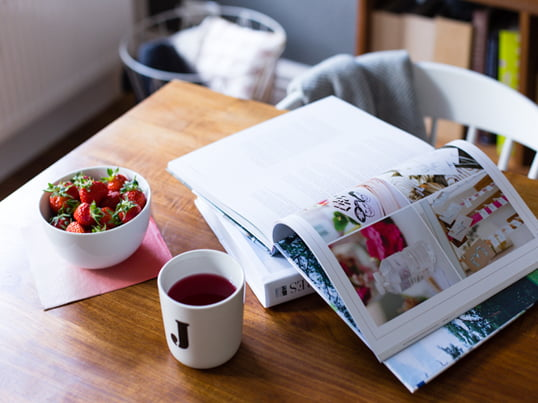 With strawberries, a cup of coffee and a good book at the dining room table - ideas and inspirations from Jasmin of the interior and lifestyle blog elbmadame