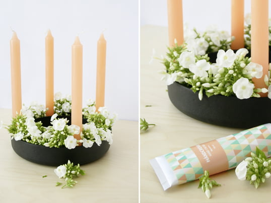 The Gloria candle holder by Muuto is pretty in springtime: The blogger Kea of the blog Hello Mrs. Eve arranged peach candles with fresh-cut flowers.