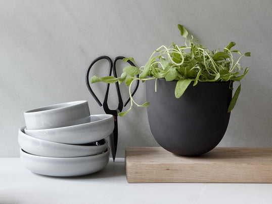 Window gardening is a major trend: grow your own herbs with the Grow Pot by Menu. Kitchen companions in proper style: the New Norm Bowls by Menu and the kitchen scissors by Hay.