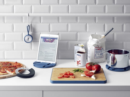 The Eva Solo kitchen utensils such as the timer with loop, cutting board, SmartMat and Cut 'N Slice in Moonlight Blue bring design and functionality into the kitchen and onto the table. Stylish and practical.