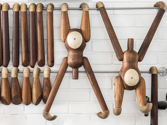 The Kay Bojesen monkey goes through a strict quality control to ensure the quality of the teak and limba wood. Even though the manufacturer emphasises a consistent appearance, little spots and stripes are not uncommon and ensure that every piece is one-of-a-kind.