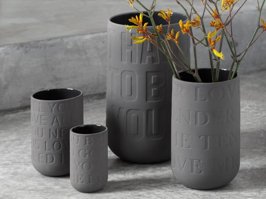 The great love songs of Elvis, John Lennon and co. immortalized on a vase, which is an absolute eye-catcher as a gift with the right flowers. The vase is not limited regarding its function, of course, and it can be easily used as a pen holder.