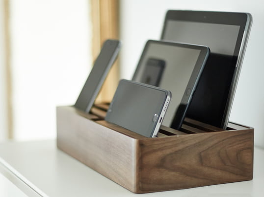 AllDock multi charging station by Daniel Design - the German label opts for power instead of cable chaos. Several mobile devices can be charged at the same time in the docking station with the fast USB hub.