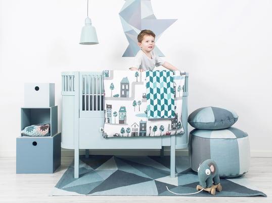 Das Kili Baby- und Kinderbett in hellblau verspricht erholsamen, sicheren Schlaf und Abenteuer zugleich. Dank des Gitters ist Ihr Kind beim Schlafen und beim Toben geschützt. Die Village Bettwäsche in Blau passt wunderbar zum Bett und weckt mit seinen Motiven die Phantasie Ihres Kindes.