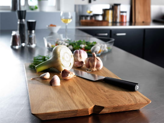 When the food is ready, the cutting board by Rosendahl allows to be transformed into a serving tray. It presents meat, cheese and fruit in a beautiful way.