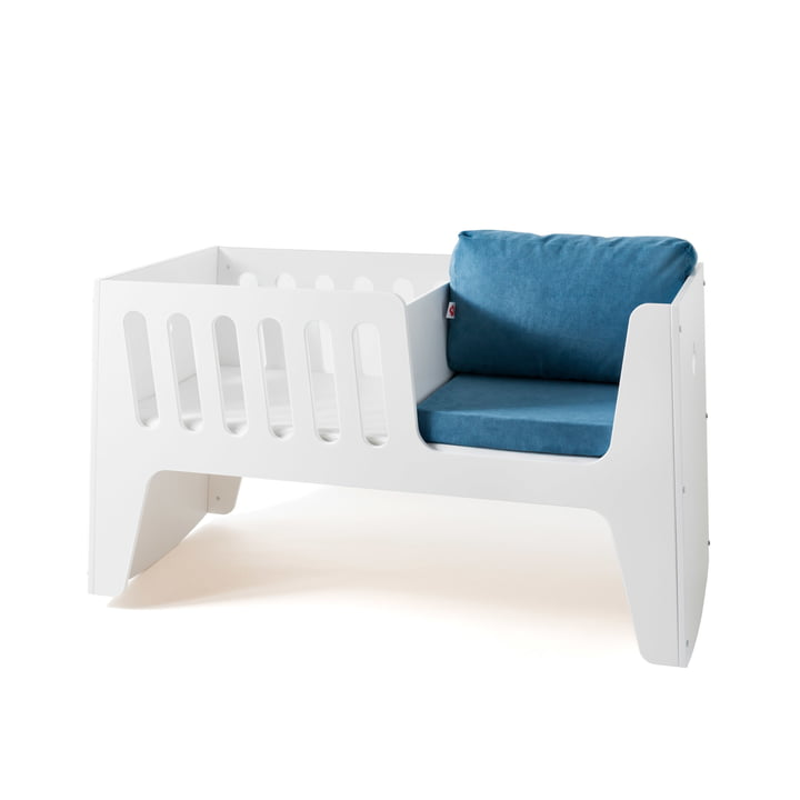 Rocky baby bed and cot by Jäll & Tofta  in white with bed linen in blue