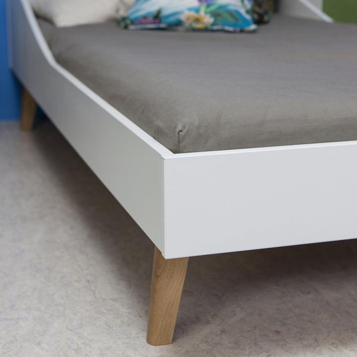 White low-emission melamine board and solid oak