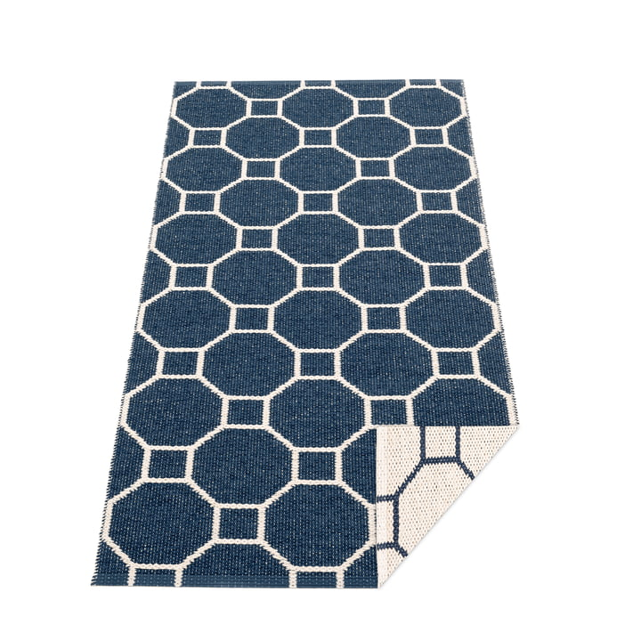 Squeegee reversible carpet, 70 x 150 cm in dark blue / vanilla by Pappelina