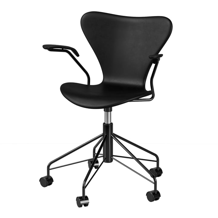 The Series 7 swivel chair with armrests from Fritz Hansen , black (special edition)