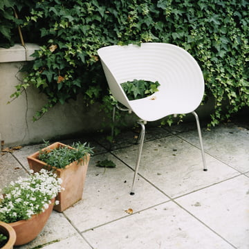 Vitra - Tom Vac, atmosphere image in the garden