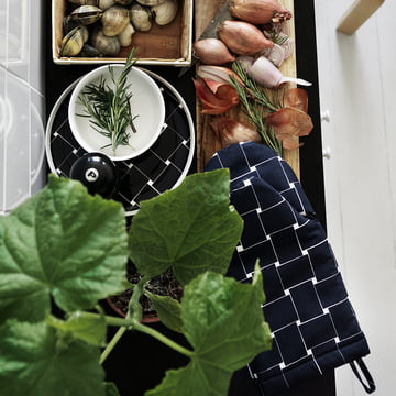 The Marimekko Basket Oven Glove in action