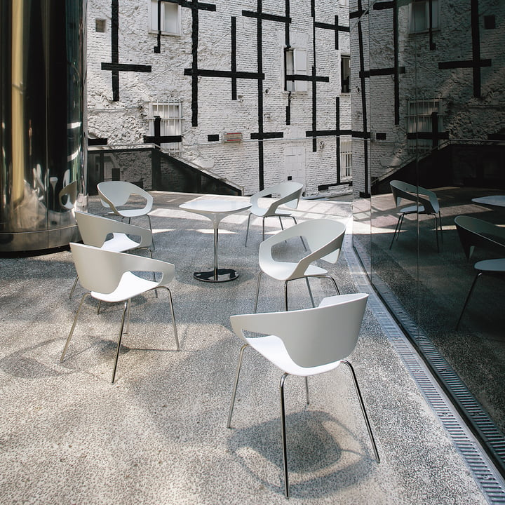 Modern outdoor area with Vad Chairs and Tables in white
