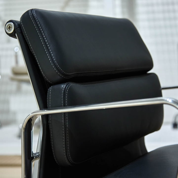 Vitra - Soft Pad Chair EA 217, Close-up of the back side of the head rest