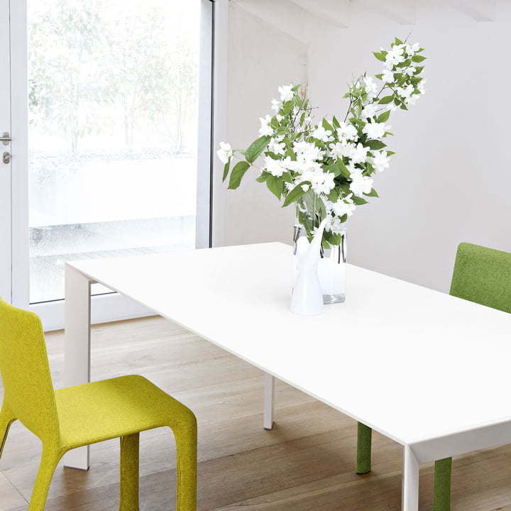 Dining table in white with flowers