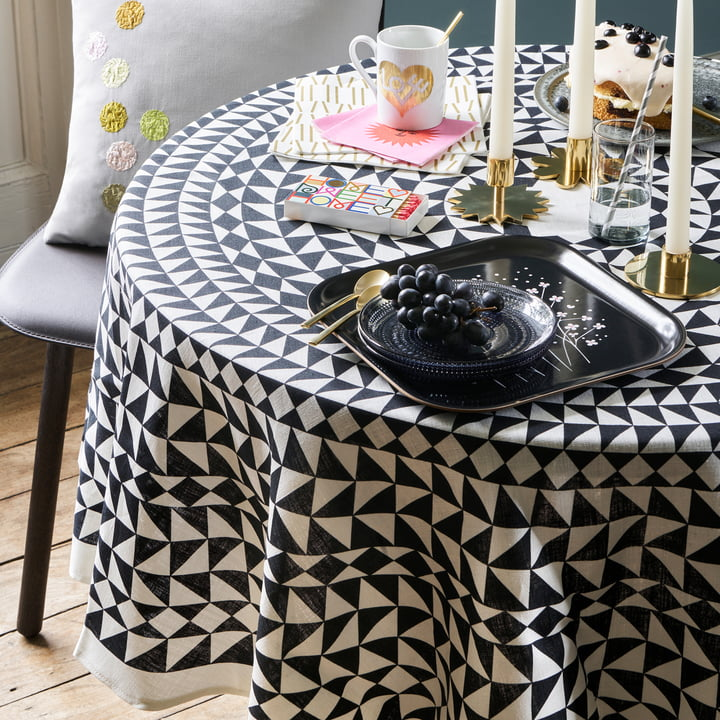 The Vitra - Tablecloth Ø 130 cm, Geometric / Black on the Dining Table